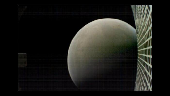 Die Marco Sonden begleiteten die Landung um Daten zur Erde zu senden. Eine einfache Kamera an Bord machte dabei ein Bild vom Vorbeiflug am Mars.
