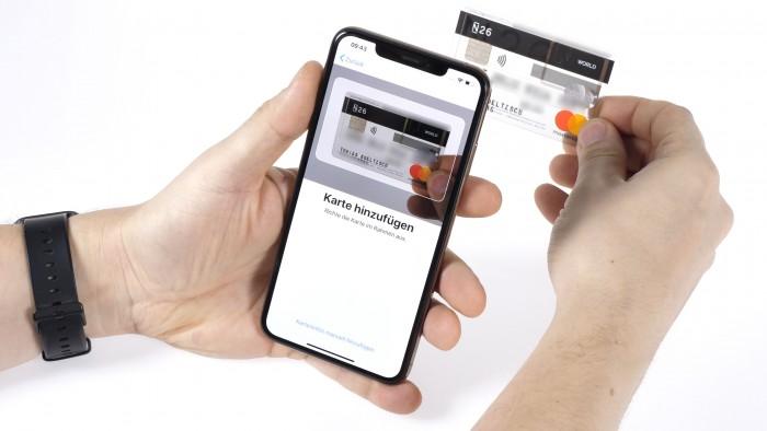 Für die Verknüpfung einer Kredit- oder Debit-Karte mit Apple Pay müssen wir diese vor die Kamera des iPhones halten. (Bild: Martin Wolf/Golem.de)