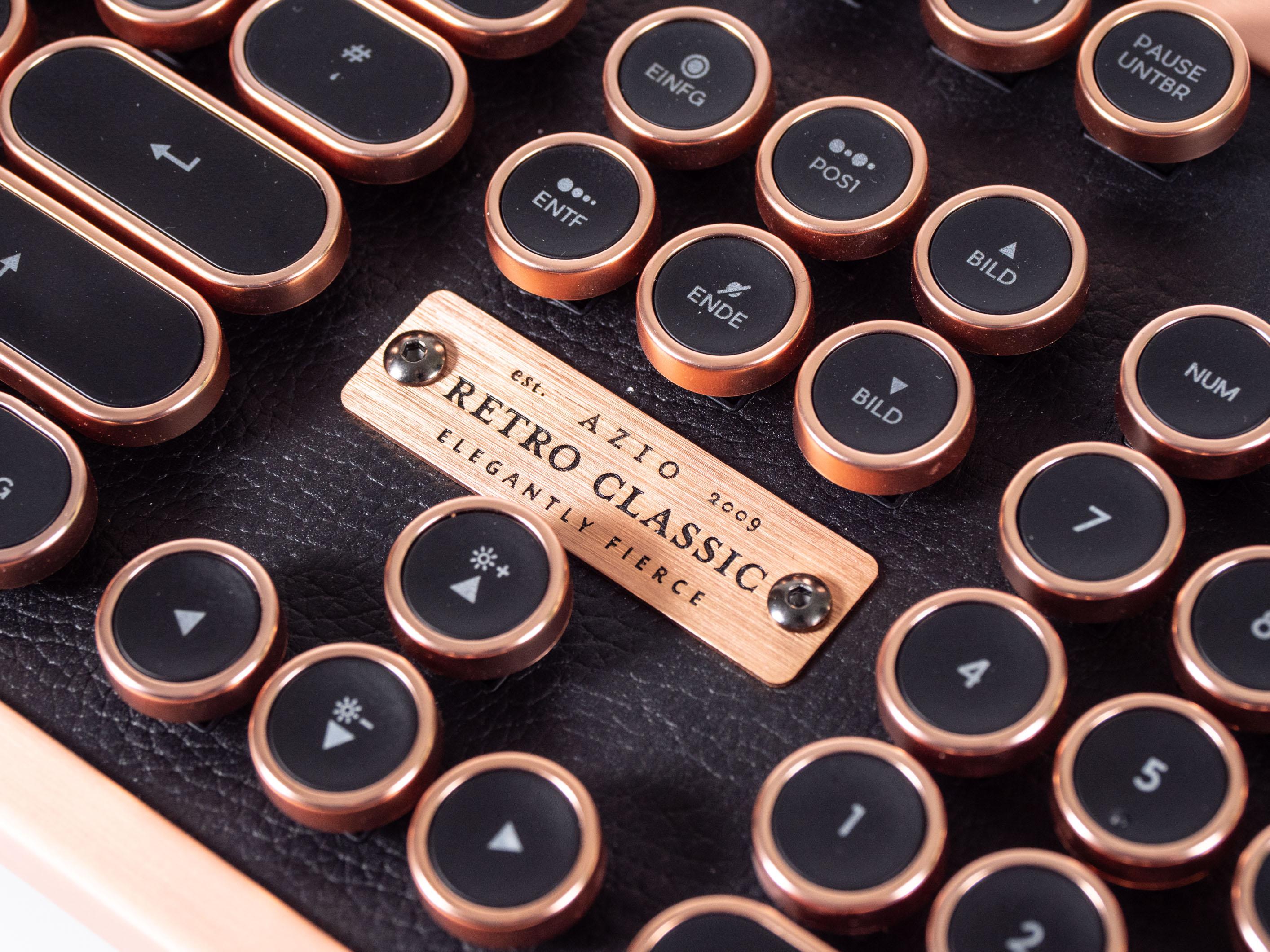 Azio Retro Classic im Test: Außergewöhnlicher Tastatur-Koloss aus Kupfer und Leder -