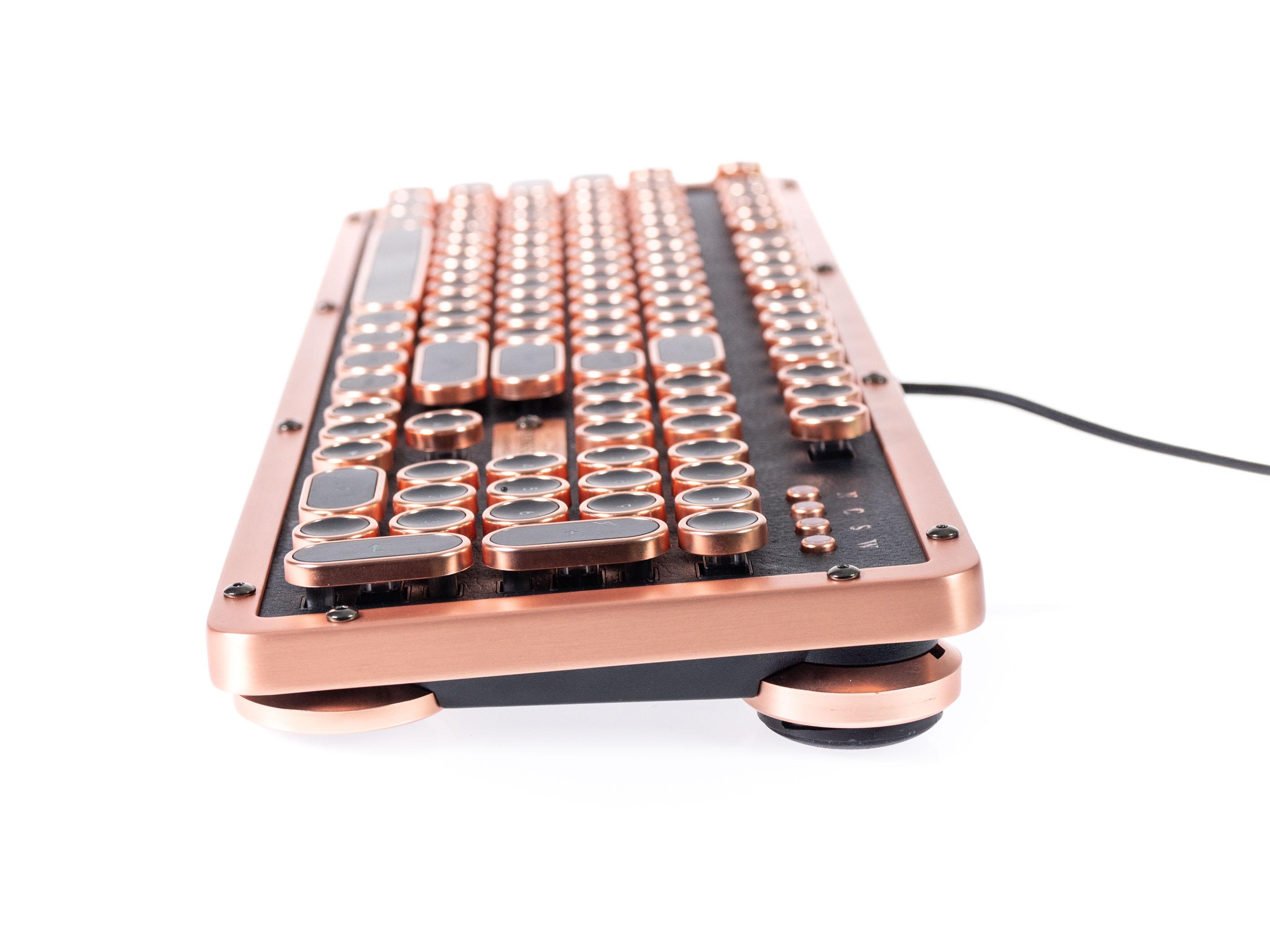 Azio Retro Classic im Test: Außergewöhnlicher Tastatur-Koloss aus Kupfer und Leder - Die Retro Classic kann angewinkelt werden. (Bild: Martin Wolf/Golem.de)