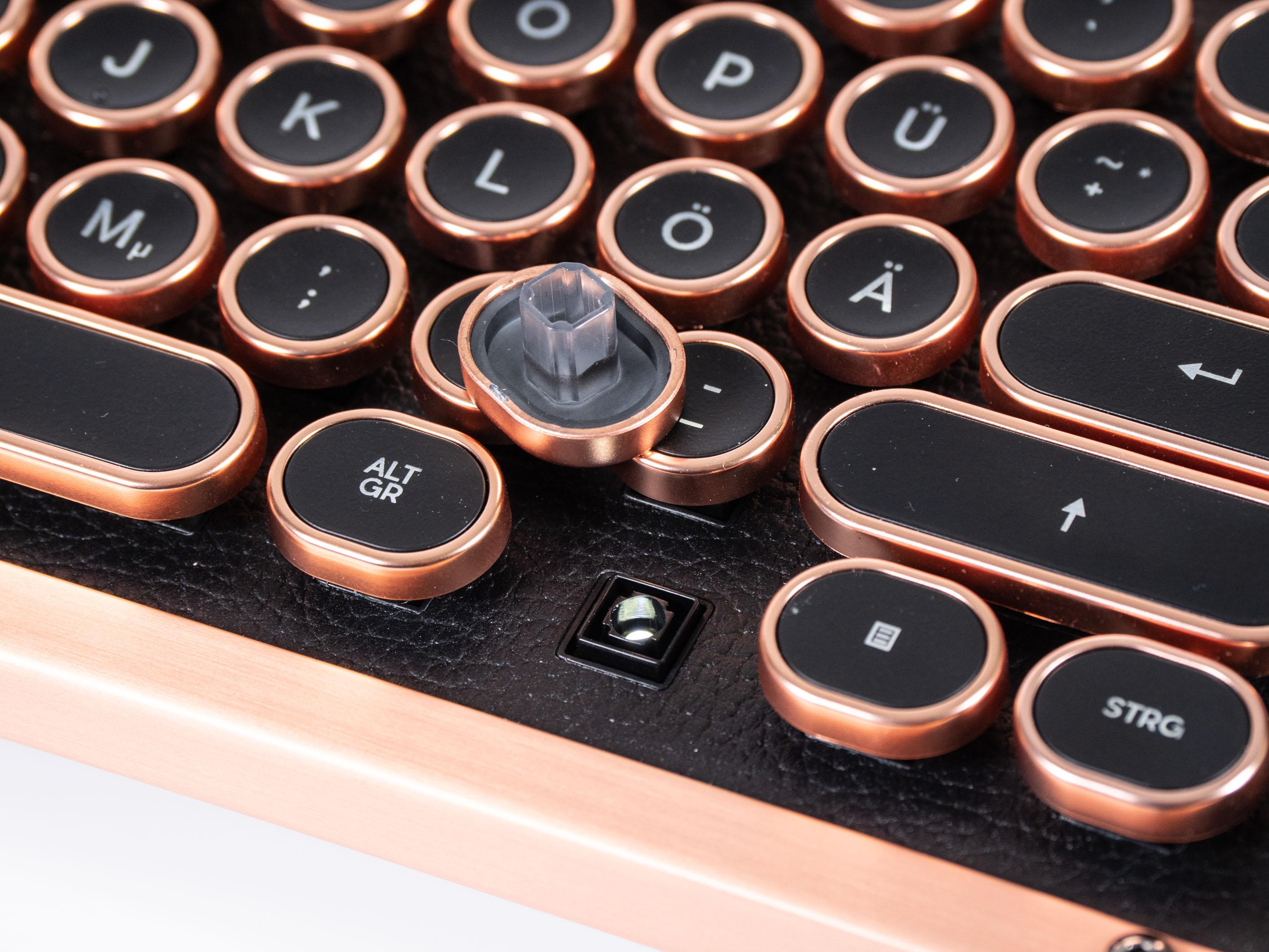 Azio Retro Classic im Test: Außergewöhnlicher Tastatur-Koloss aus Kupfer und Leder - Die Switches hat Azio mit Kailh entwickelt. (Bild: Martin Wolf/Golem.de)