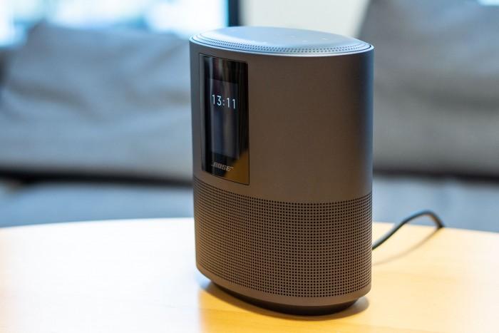 Der Home Speaker 500 zeigt die Uhrzeit auf dem Display an. (Bild: Martin Wolf/Golem.de)
