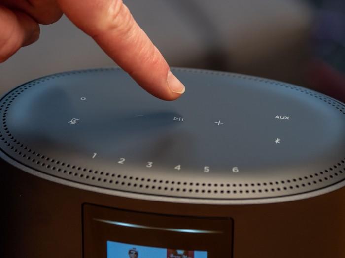 Die Sensortasten auf dem Home Speaker 500 lassen sich nicht erfühlen... (Bild: Martin Wolf/Golem.de)