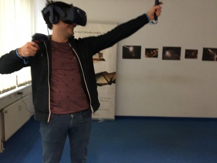Der Games-Programmierer Gennadiy Bardachev in einem Testraum (Bild: Maja Hoock)