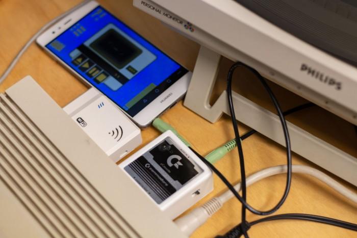 Die Datenübertragung des Terminalprogramms erfolgt über einen Datasette-Aadapter und die App Tapdancer. (Bild: Martin Wolf/Golem.de)