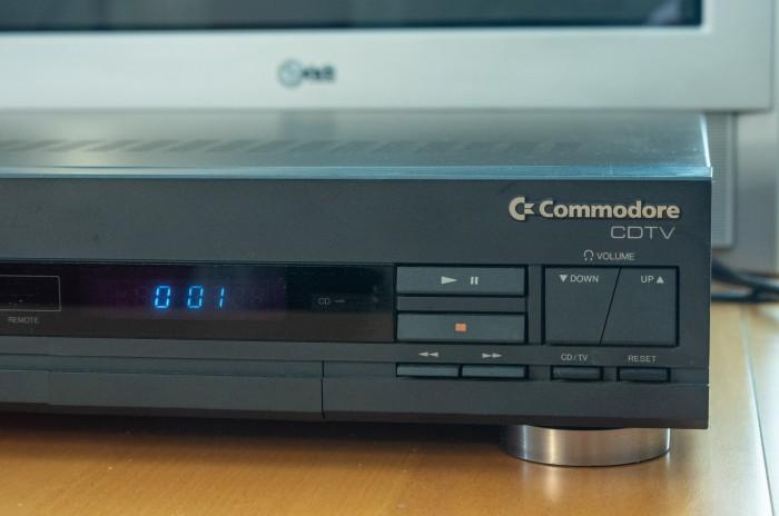 An der Fontseite befinden sich die Bedienungselemente für den CD-Player. (Bild: Martin Wolf / Golem.de)