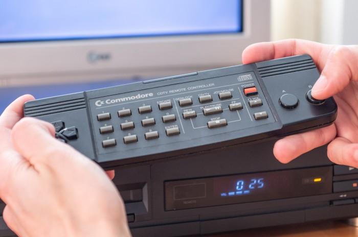 Der mitgelieferte Controller funktionierte per Infrarot. (Bild: Martin Wolf / Golem.de)