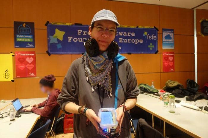 Zum Telefonieren braucht Susanne S. für ihr Raspberry-Handy ein Headset. (Foto: Friedhelm Greis/Golem.de)