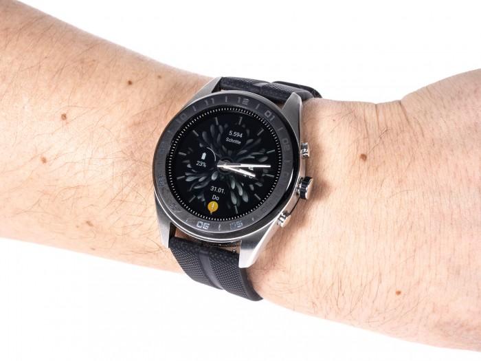LGs neue Smartwatch hat nicht nur ein Display, sondern auch physische Zeiger. (Bild: Martin Wolf/Golem.de)