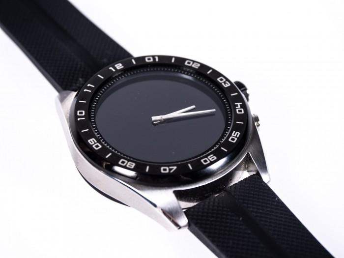 Auch einen NFC-Chip und einen GPS-Empfänger hat die Smartwatch nicht. (Bild: Martin Wolf/Golem.de)
