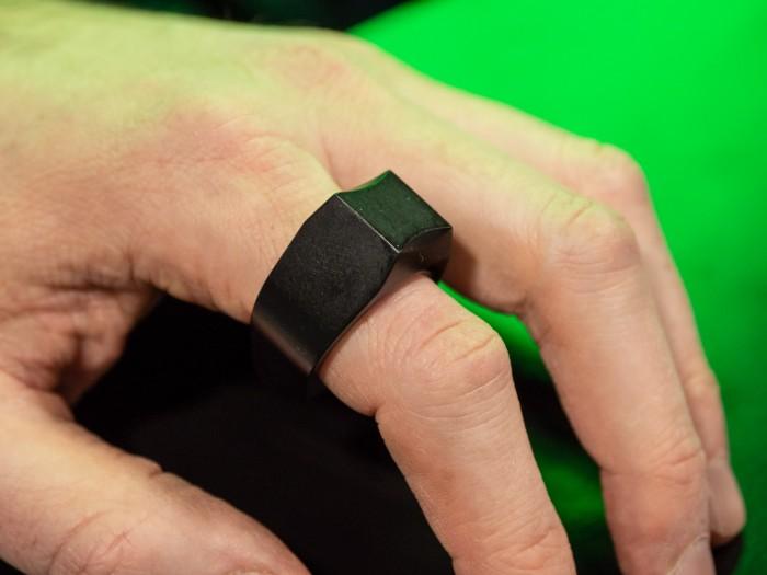 Der Padrone wird am Zeigefinger der rechten oder linken Hand getragen. (Bild: Martin Wolf/Golem.de)