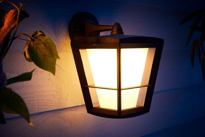 Smart Home: Philips Hue mit Außenbewegungsmelder und neuen Außenlampen - Econic Wandleuchte  (Bild: Signify)