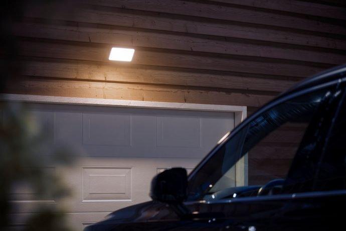 Smart Home: Philips Hue mit Außenbewegungsmelder und neuen Außenlampen - Outdoor Flutlicht  (Bild: Signify)