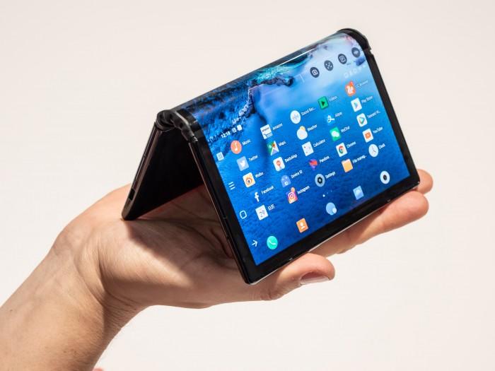 Das Flexpai lässt sich auch in Zeltform hinstellen, etwa, um auf einer Seite ein Video zu schauen. (Bild: Martin Wolf/Golem.de)
