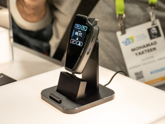 Das smarte Feuerzeug Slighter hat einen Touchscreen. (Bild: Martin Wolf/Golem.de)