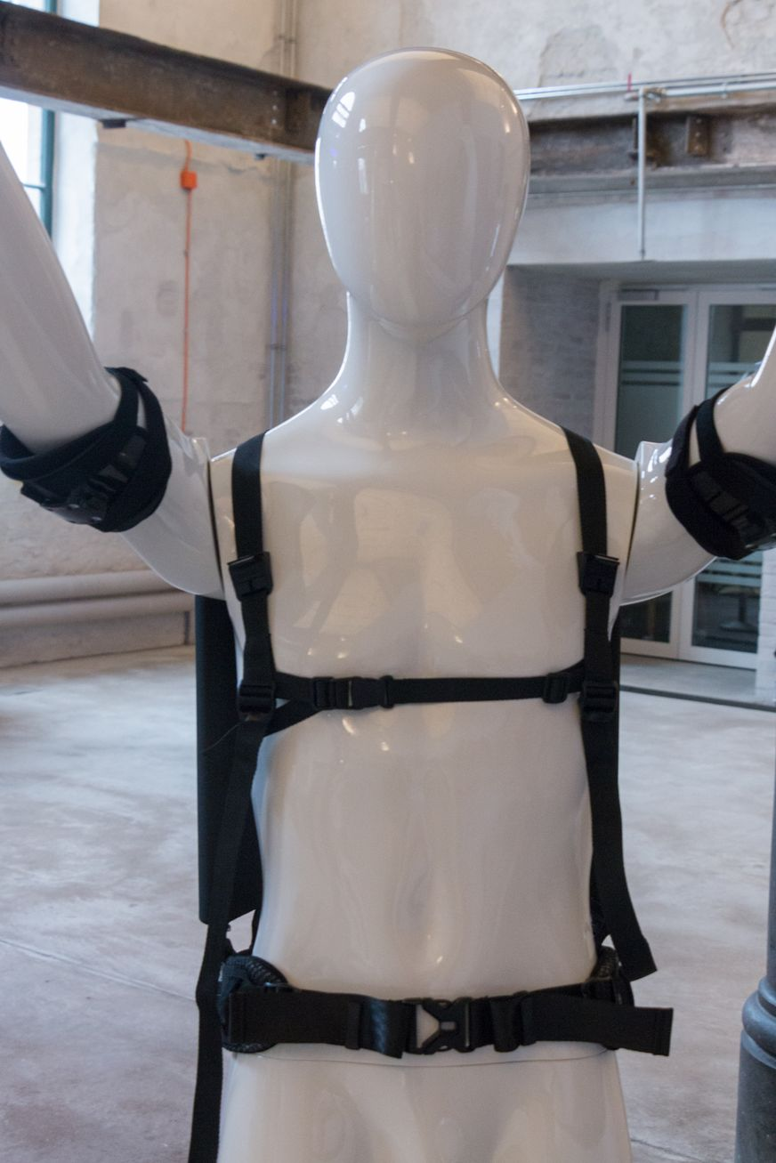 Ottobock: Wie ein Exoskelett die Arbeit erleichtert - Es hat Schultergurte und einen Bauchgurt. (Bild: Werner Pluta/Golem.de)