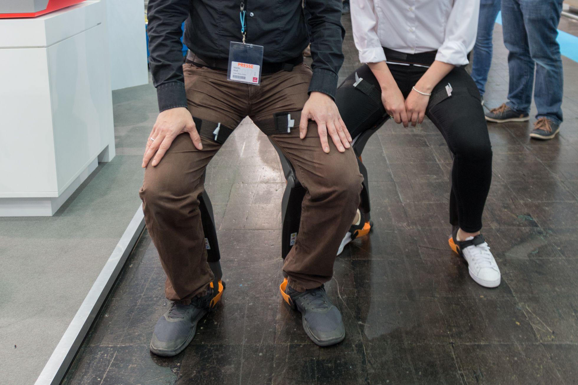 Ottobock: Wie ein Exoskelett die Arbeit erleichtert - Sitz-Exoskelett: Der Chairless Chair des Schweizer Unternehmens Nonnee (Bild: Werner Pluta/Golem.de)