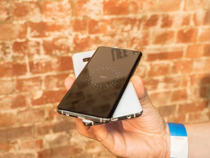 Dank Power-Share-Funktion können die Galaxy-S10-Smartphones andere Qi-fähige Geräte laden, beispielsweise ein Smartphone. (Bild: Martin Wolf/Golem.de)