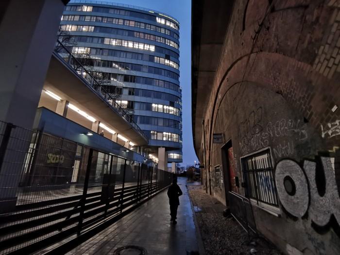 Die Bildqualität ist besonders bei Nachtaufnahmen nicht besonders gut - hier eine Aufnahme mit dem Superweitwinkelobjektiv. (Bild: Areamobile)