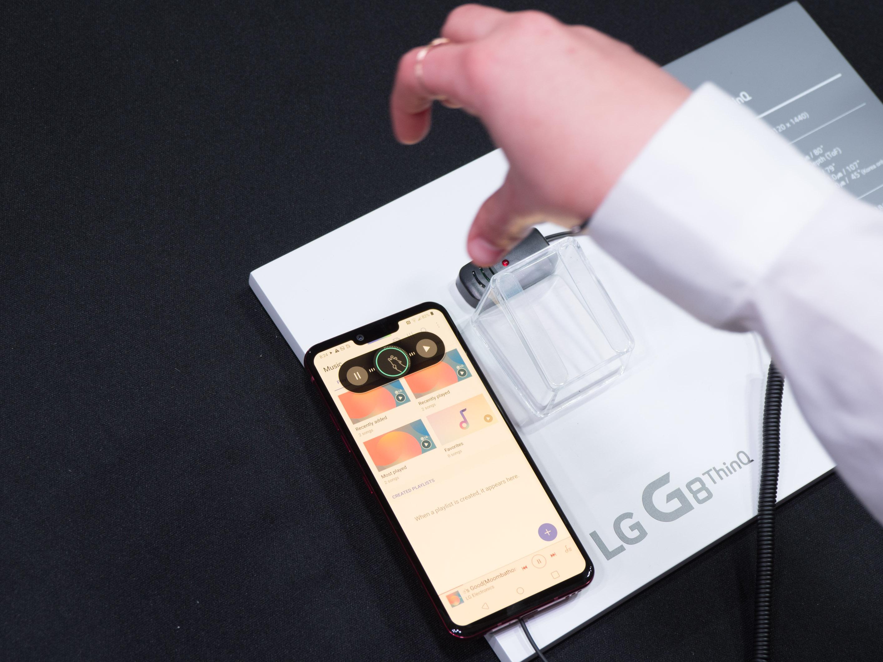 G8 Thinq im Hands on: LG zeigt Luftgestensteuerung fürs Smartphone - LG G8 Thinq (Bild: Martin Wolf/Golem.de)