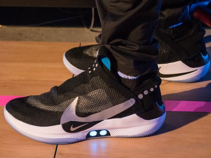 Äußerlich ist den Adapt BB von Nike die eingebaute Technik kaum anzusehen - lediglich die beiden Knöpfe an der Seite deuten darauf hin. (Bild: Martin Wolf/Golem.de)