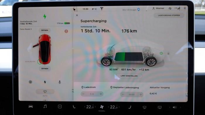 Obwohl der Charger mit 120 kW laden kann, nutzt das Auto nicht die volle Ladeleistung. Nach einer  Weile wird sie noch weiter gedrosselt. (Bild: Martin Wolf/Golem.de)