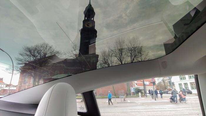 Auto mit Ausblick: Durch das transparente Autodach... (Bild: Martin Wolf/Golem.de)