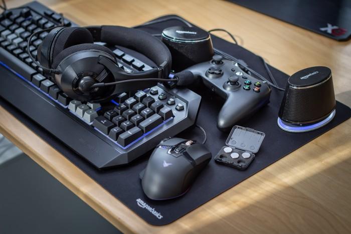 Unser Amazon-Basics-Testfeld: eine Maus mit Gewichten, eine Tastatur, Lautsprecher, ein Mauspad, ein Gamepad und ein Headset. Nicht im Bild: die von uns bestellten Kabel (Bild: Martin Wolf/Golem.de)