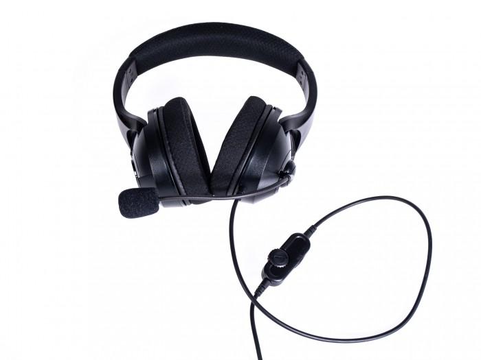 Das gut gepolsterte Headset hat ein eingebautes Mikro. (Bild: Martin Wolf/Golem.de)