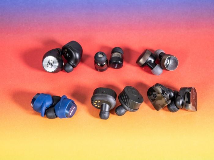 Alle sechs getesteten Bluetooth-Hörstöpsel (Bild: Martin Wolf/Golem.de)