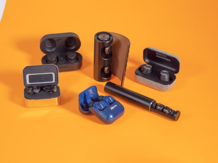 Alle sechs getesteten Bluetooth-Hörstöpsel mit Ladeetui (Bild: Martin Wolf/Golem.de)