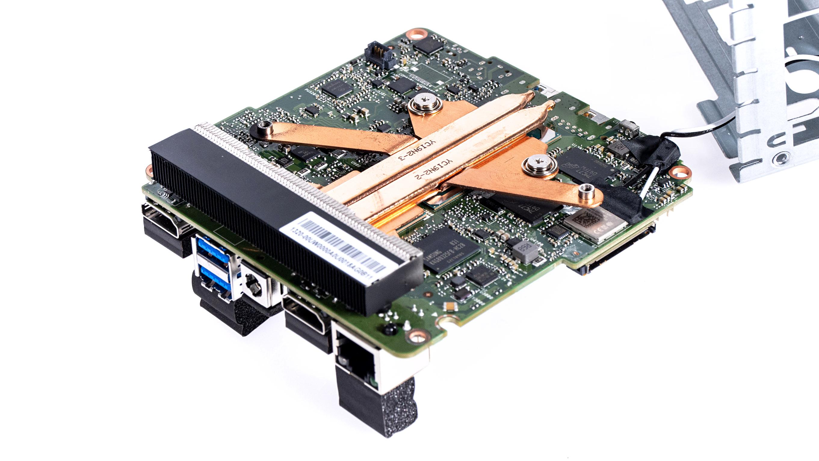 NUC8 (Crimson Canyon) im Test: AMD rettet Intels 10-nm-Minirechner - CPU und GPU befinden sich unter den beiden Heatpipes. (Bild: Marc Sauter/Golem.de)