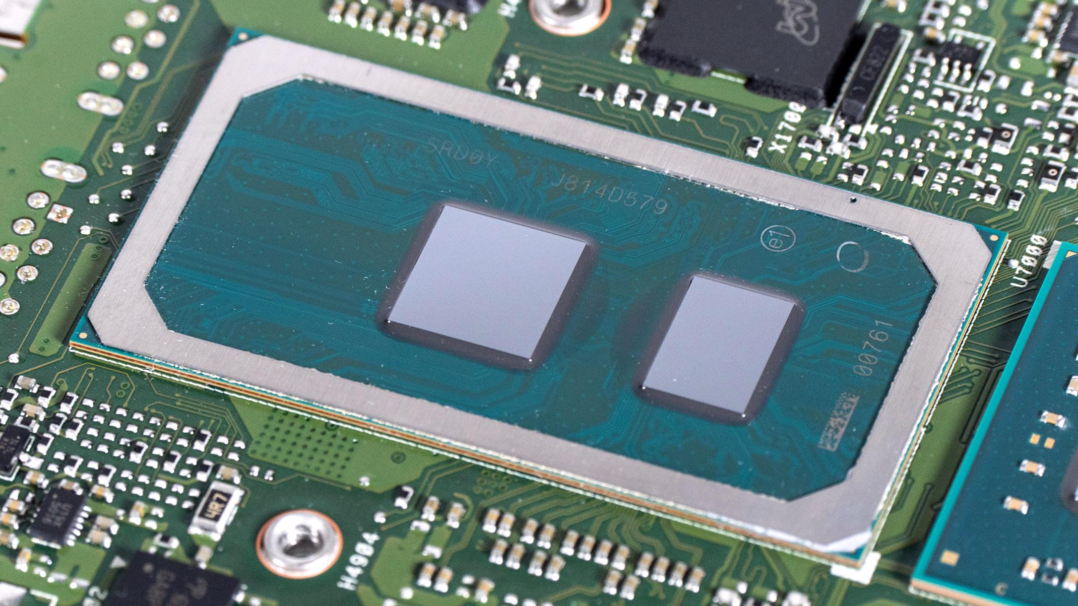 NUC8 (Crimson Canyon) im Test: AMD rettet Intels 10-nm-Minirechner - Links der Cannon-Lake-Prozessor, rechts der Chipsatz (Bild: Marc Sauter/Golem.de)
