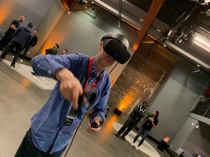 Golem.de-Redakteur beim Ausprobieren der Oculus Rift S (Foto: Golem.de/Peter Steinlechner)