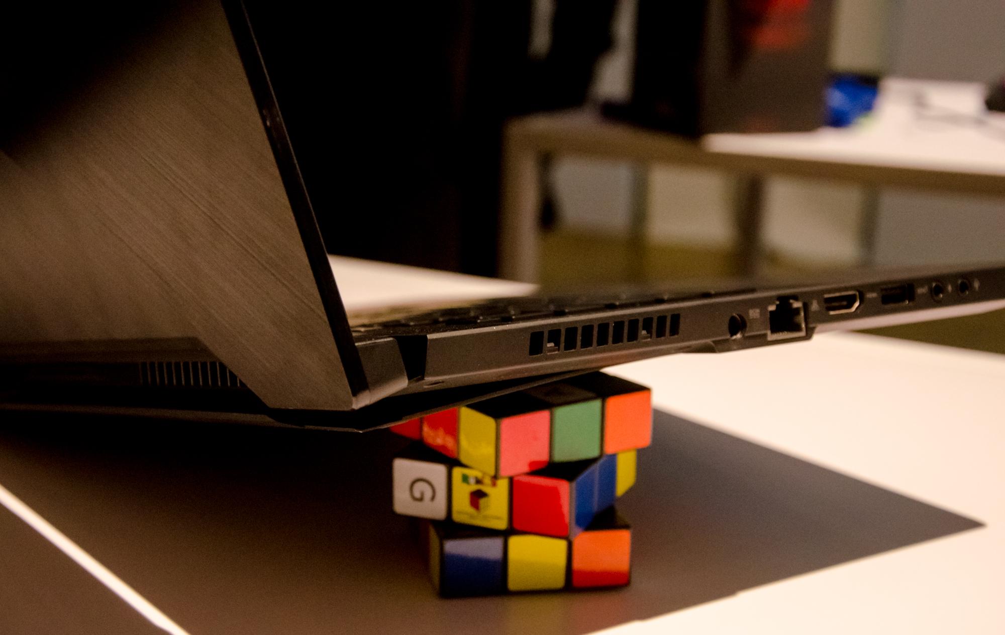 Gaming-Notebooks: Asus ROG mit Core i9 und fixen oder farbstarken Displays - Der aufgeklappte Ergolift im Detail. (Foto: Nico Ernst)