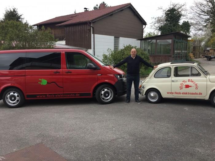 Heiko Fleck mit seinen beiden Ex-Verbrennerautos: einem VW-Bus und einem Fiat 500 (Foto: Heiko Fleck)