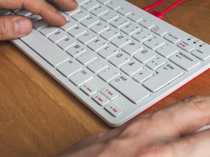 Das Tippgefühl bei der Tastatur ist gut, die Tasten haben einen flachen Hub. (Bild: Björn Jahn/Golem.de)