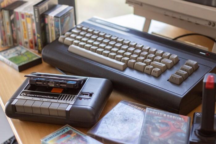 Commodore veröffentlichte den C16 im Jahr 1984 als Low-Budget-Alternative zum populären C64. Optisch erinnerte er an den großen Bruder, war aber nicht zu diesem kompatibel und hatte nur 16 KByte Arbeitsspeicher (C64: 64 KByte). (Bild: Martin Wolf/Golem.de)