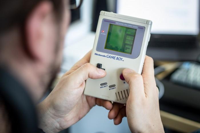 Der Game Boy erschien am 21. April 1989 in Japan, am 31. Juli 1989 in den USA und am 28. September 1990 in Europa. Das mit 4,19 MHz getaktetem 8-Bit-Prozessor von Sharp und 4-Kanal-Stereosound ausgestattete Gerät stellte Grafiken in monochromem Grün-Schwarz dar (Auflösung: 160 x 144 Pixel). Die Stromversorgung übernahmen vier AA-Batterien, mit denen die Mobilkonsole gut 20 Stunden auskam. (Bild: Martin Wolf/Golem.de)