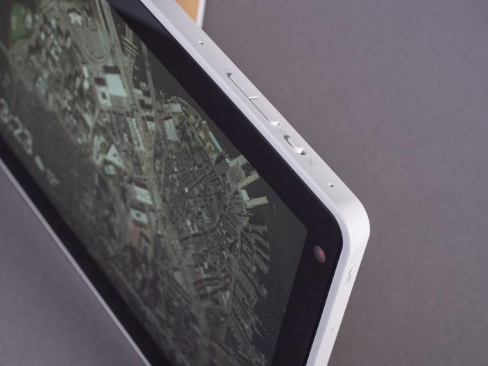 Smart Display hat zwei Lautstärketasten und einen Schiebeschalter zum Stummschalten des Mikrofons. (Bild: Martin Wolf/Golem.de)