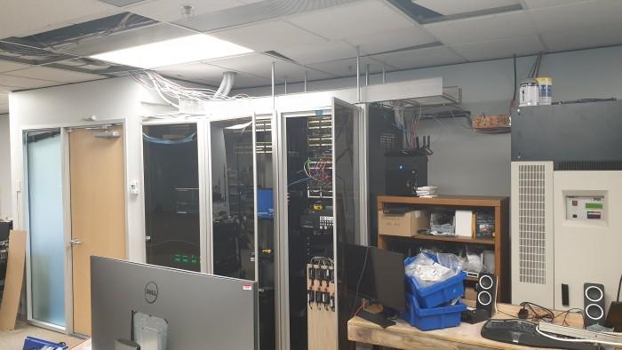 Serverschrank mit offener Tür (Bild: Oliver Nickel/Golem.de)
