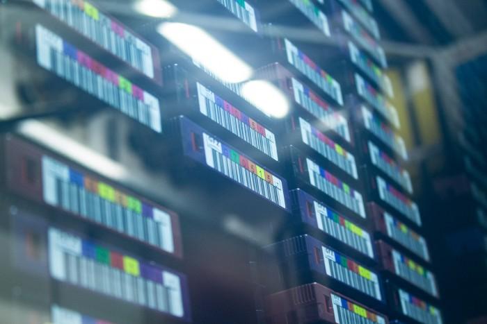 Tapes lagern neben- , über- und hintereinander. (Bild: Martin Wolf/Golem.de)