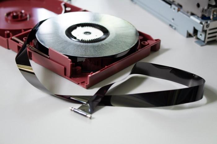 Auf dem schwarzen Magnetband werden Daten gespeichert. (Bild: Martin Wolf/Golem.de)