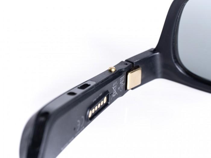 Die Lautsprecheröffnungen des linken Brillenbügels (Bild: Martin Wolf/Golem.de)