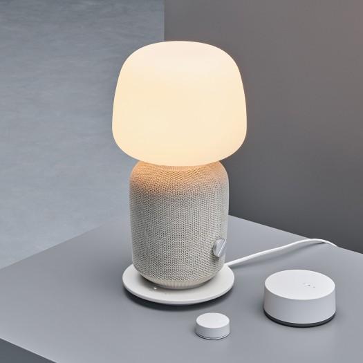 Symfonisk-Lampen-Lautsprecher zusammen mit Symfonisk-Fernbedienung und Trådfri-Gateway (Bild: Ikea)