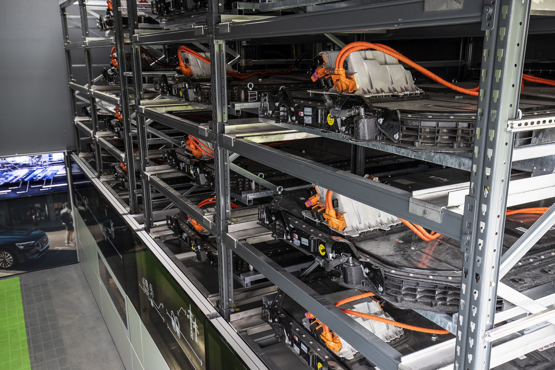 Elektromobilität: Wohin mit den vielen Akkus? - ... und kann Schwankungen im Stromnetz ausgleichen. (Bild: Audi)