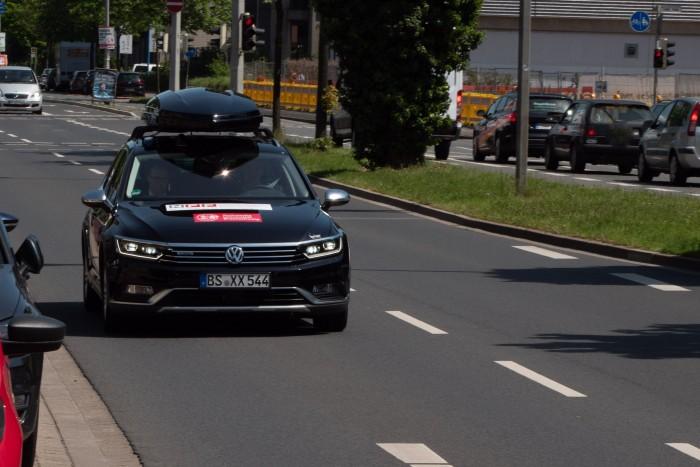 Die Autos sollen in Zukunft auch auch miteinander kommunizieren und sich an der Kreuzung koordinieren. (Bild: Martin Wolf/Golem.de)