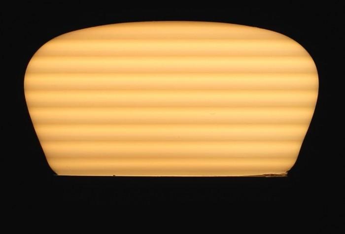 """Horizontale Streifen im Standfoto der Videoaufnahme einer Philips-Hue-LED-Lampe, verursacht durch Interferenzen der LED-Pulsweitenmodulation mit der Bildwiederholfrequenz der Kamera (""""Rolling Shutter""""). (Foto: W. Messer)"""