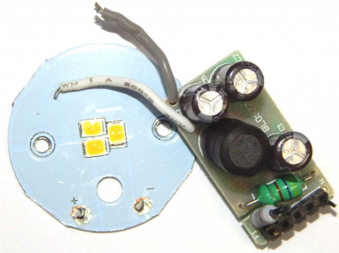 LED-Chip-Platine und Kondensator-Netzteil eines billigen, nicht dimmbaren GU10-Strahlers. (Foto: W. Messer)