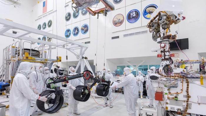Das Fahrgestell des Rovers besteht aus zwei Radaufhängungen mit je drei Rädern. (Bild: Nasa/JPL-Caltech)